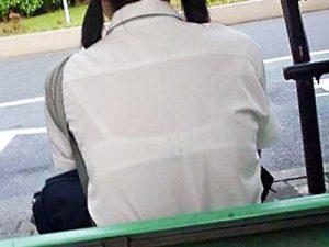 【JK透けブラ盗撮エロ画像】女子校生らしい白ブラジャーを身に付け、クッキリ丸見えな様子を街撮りww