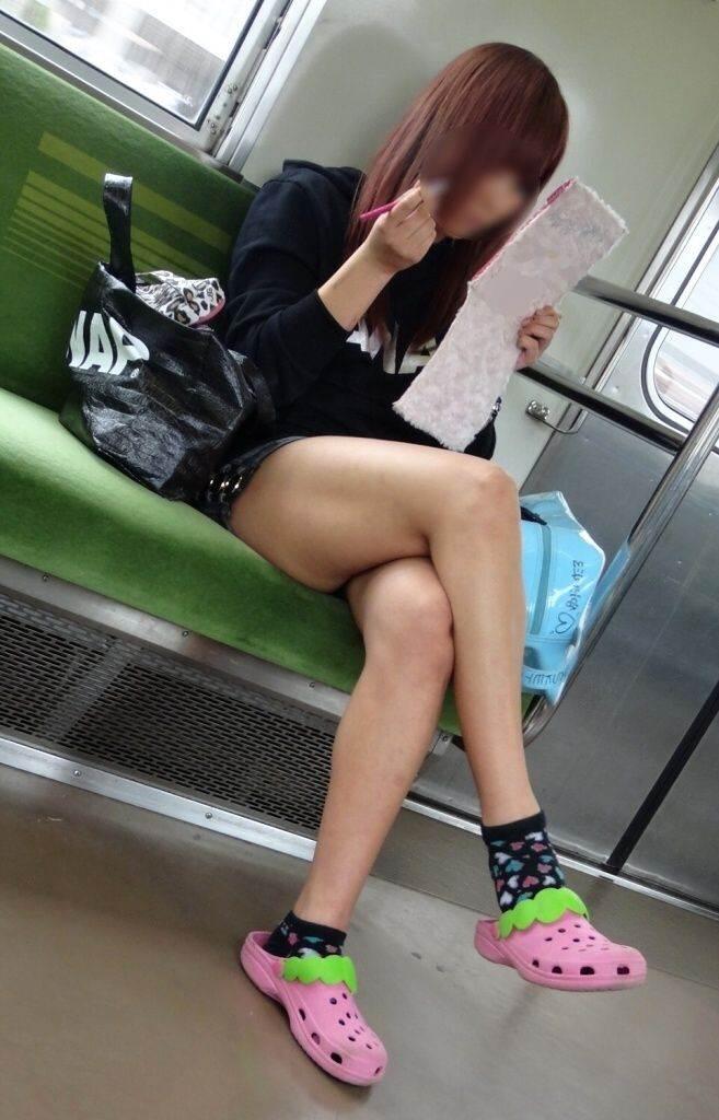 電車_生足_露出_盗撮_エロ画像12