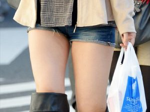 【太もも街撮り盗撮エロ画像】短いデニムホットパンツを履いて限界まで太腿を露出した素人ギャルたちww