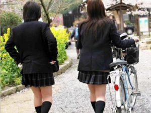 【JK街撮り盗撮エロ画像】春を感じるミニスカ制服女子校生たちのムッチリ太ももを野外で隠し撮りww