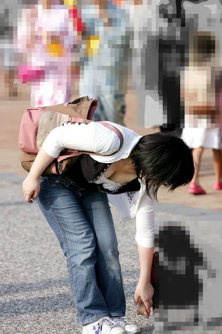 巨乳ママ_前屈み_胸チラ_谷間盗撮_エロ画像15
