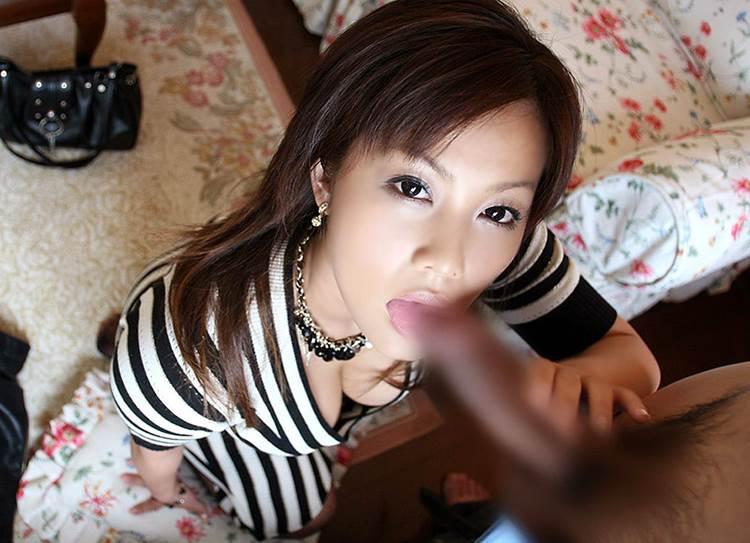人妻熟女_仁王立ちフェラ_エロ画像13