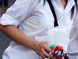 【夏服JK街撮り盗撮エロ画像】白ブラウスが透けて下着のブラジャーが見える制服女子校生たちを正面撮りww