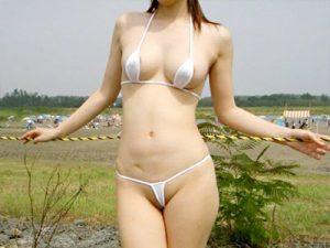 【素人マイクロビキニ水着エロ画像】98%裸で2%布…乳首とマンコを最低限だけ隠せる布面積の水着を着た露出素人ww