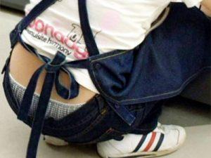【店員ローライズ盗撮エロ画像】仕事に夢中で腰元からパンチラしてることに気付かない素人女子たちを隠し撮りww