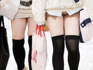 【ニーソックス街撮り盗撮エロ画像】カラーホットパンツに太もも露出した絶対領域女子たちを隠し撮りww