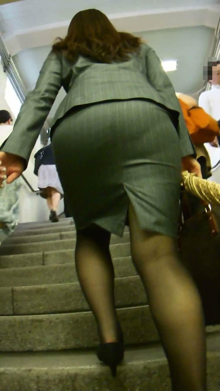 OL_タイトスカート_階段_盗撮_エロ画像08