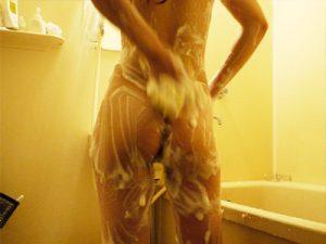 【自宅風呂盗撮エロ画像】無防備過ぎる姉妹や彼女が自宅のお風呂で洗体する様子を家庭内盗撮ww