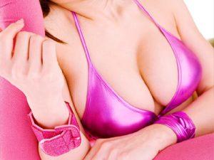 【光沢ビキニ水着エロ画像】胸元と股間をテカテカに光らせた光沢水着を着たグラドルは全裸よりエロいww