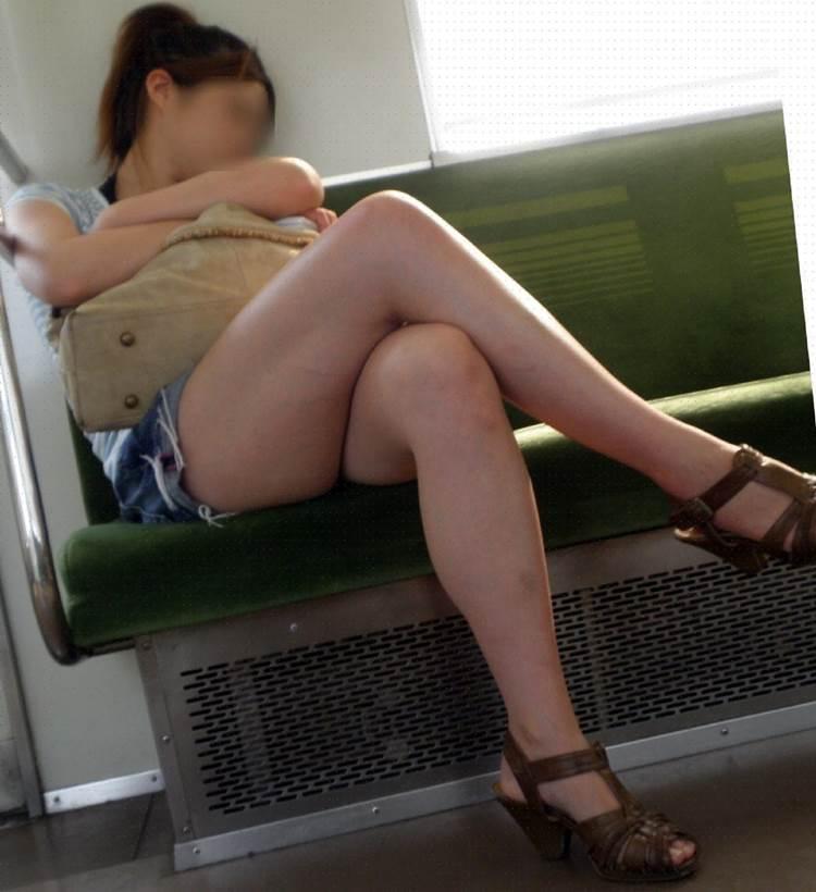 素人_デニムホットパンツ_電車_盗撮_エロ画像03