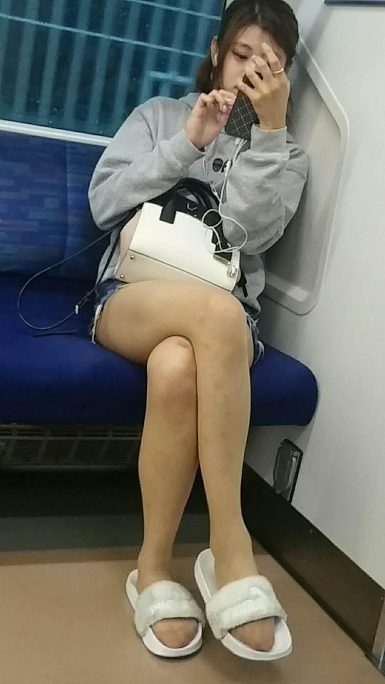 素人_デニムホットパンツ_電車_盗撮_エロ画像05