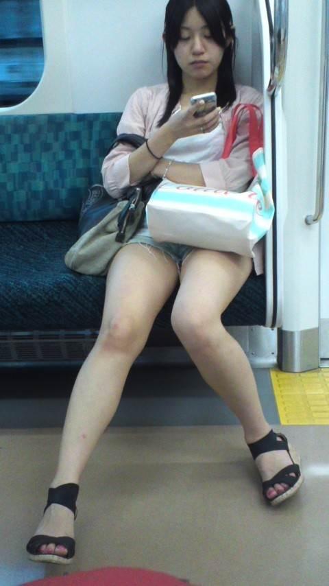 素人_デニムホットパンツ_電車_盗撮_エロ画像16