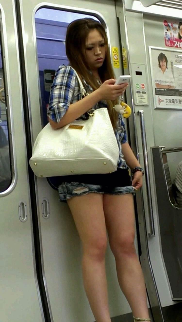 素人_デニムホットパンツ_電車_盗撮_エロ画像21