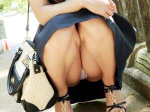 【パンチラエロ画像】綺麗なお姉さんがミニスカートで座りパンチラするわずかな布部分のエロさww