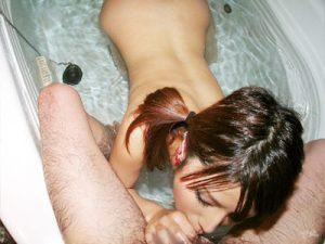 【風呂フェラチオエロ画像】浴槽内で即尺…スタイルが良いキレイ系ギャルが手と口で完全奉仕ww