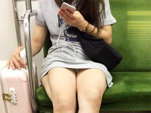 【電車パンチラ盗撮エロ画像】スマホに夢中で視野が狭くなった素人女性のデルタゾーンを隠し撮りww