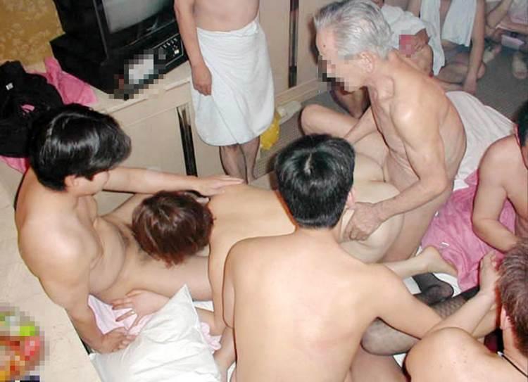素人_男3人以上_乱交セックス_エロ画像14