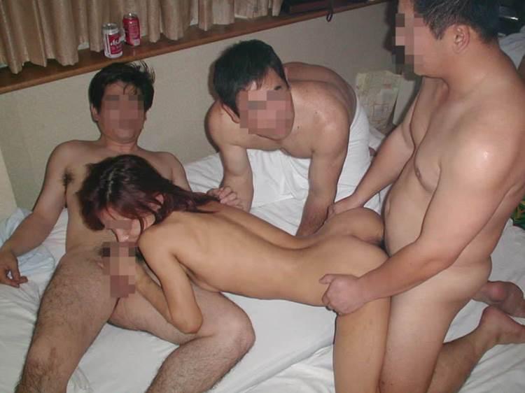 素人_男3人以上_乱交セックス_エロ画像15