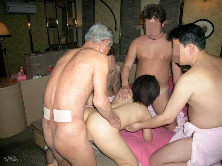 素人_男3人以上_乱交セックス_エロ画像17