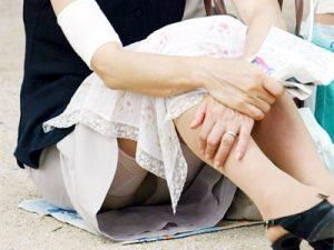 【熟女パンチラ盗撮エロ画像】加齢臭すら漂う熟女妻たちがスカートから座りパンチラでクロッチ露出ww