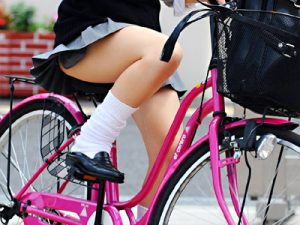 【JK自転車街撮り盗撮エロ画像】足の付根まで露出してしまうミニスカ制服で通学する女子高生たちを隠し撮りww