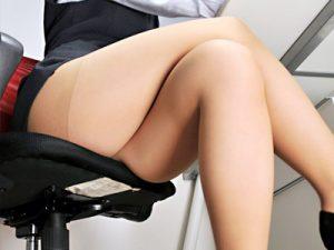 【OL足組みエロ画像】パンティストッキングがよく似合う会社制服を着用したOLのエロいパンスト足ww