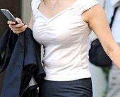 【着衣巨乳OLエロ画像】大きなオッパイを街中で揺らしながら昼食の買い出しや外回り営業で歩くOLを街撮りww