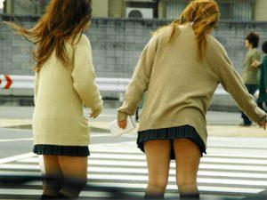 【ギャルJK街撮り盗撮エロ画像】頼めばノリでセックス出来そうな茶髪&金髪のミニスカ女子校生ww