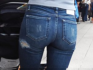 【スキニージーンズ街撮り盗撮エロ画像】美尻ブームでヒップラインを見せるピチピチデニムを履く素人女性を背後撮りww
