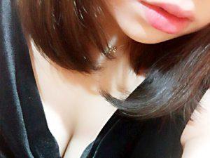 【素人自撮りエロ画像】ぷっくり唇と巨乳の谷間をちょうど良い感じにフレームインさせた10代~20代女子の自撮り画像ww