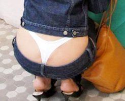 【デニムローライズ盗撮エロ画像】尻の割れ目が見えるほどGパンがズレ、派手なTバックパンティーが丸見えな女性たちww