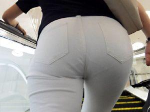 【パンティライン盗撮エロ画像】白パンツを履いて街中でPラインを晒け出す一般女性のお尻を街撮り盗撮ww