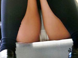 【座りパンチラ盗撮エロ画像】街中の段差に座り一休み…クロッチ部分が丸見えに気付かない女子たちを街撮りww