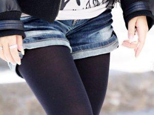 【黒タイツ街撮り盗撮エロ画像】デニムホットパンツに濃い黒パンスト履いた美脚女子たちを街中で隠し撮りww