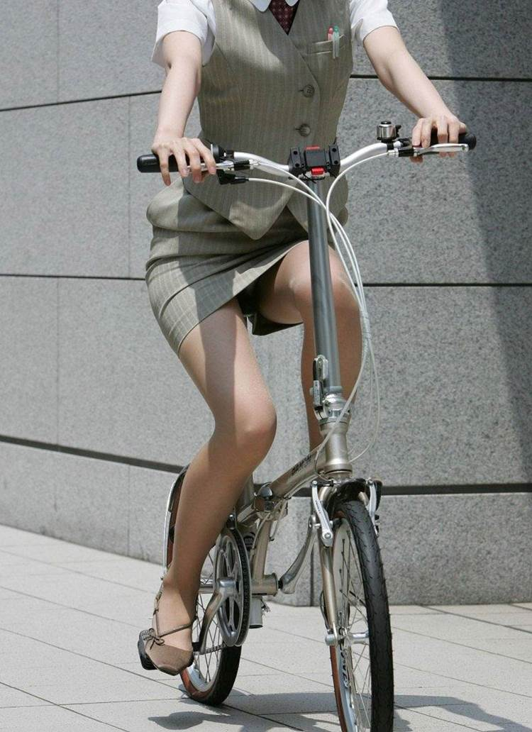 レディーススーツ姿でチャリに跨る素人女性…見えそうで見えないピチピチタイトスカートww