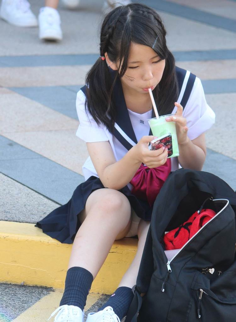 Jkパンチラ盗撮エロ画像街中で体育座りした女子校生必然的に