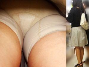 【ガードル逆さ撮り盗撮エロ画像】ヒップラインが垂れ下がった人妻や熟女が愛用する補正下着を身に着けたクロッチ接写撮りww