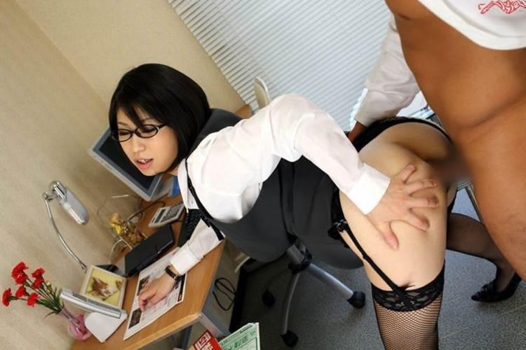 OL_立ちバック_社内セックス_エロ画像03