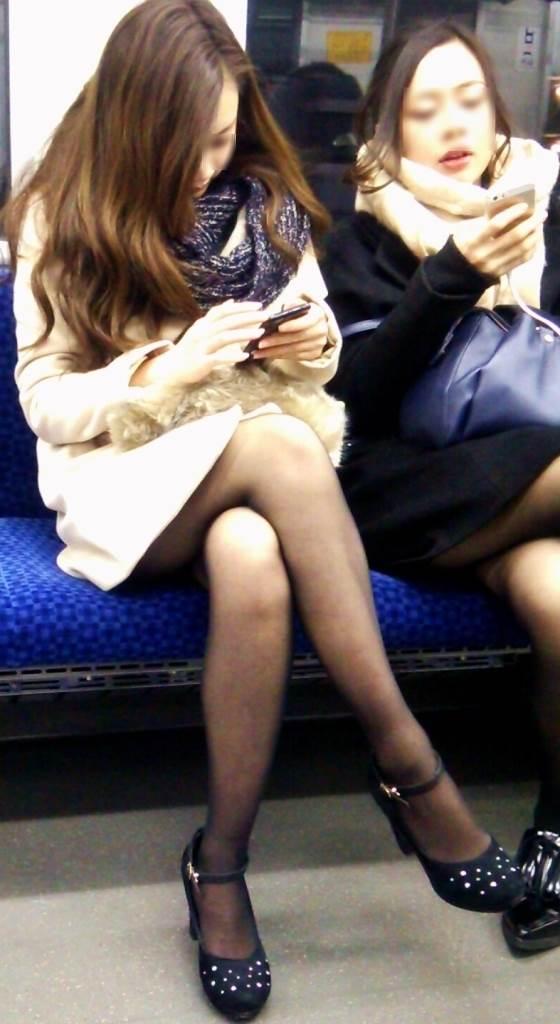 素人_黒パンスト_足組み_電車盗撮_エロ画像01