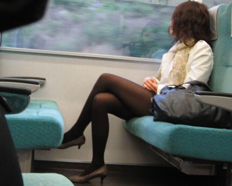 素人_黒パンスト_足組み_電車盗撮_エロ画像20