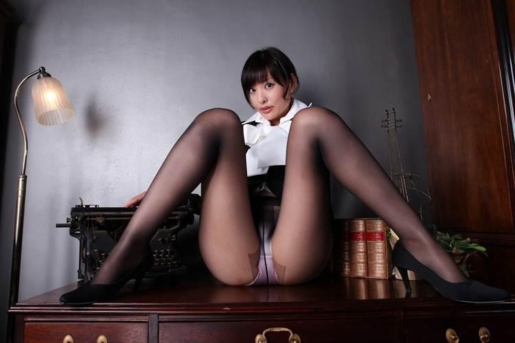 M字開脚_黒パンスト_エロ画像05
