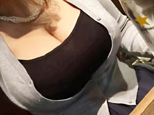 【着衣巨乳自撮りエロ画像】日本人離れしたデカ過ぎるオッパイを強調した服装で素人女性たちが携帯カメラで自撮りww
