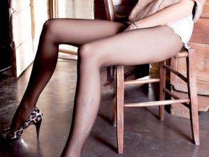 【黒パンスト美脚エロ画像】うっすらと透けた足が余計にエロく綺麗な足を見せる黒スト女子の美脚画像ww