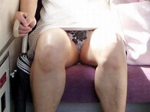 【熟女電車盗撮エロ画像】自分磨きを忘れ始めた人妻・熟女のムッチリした太ももからパンチラを隠し撮りww
