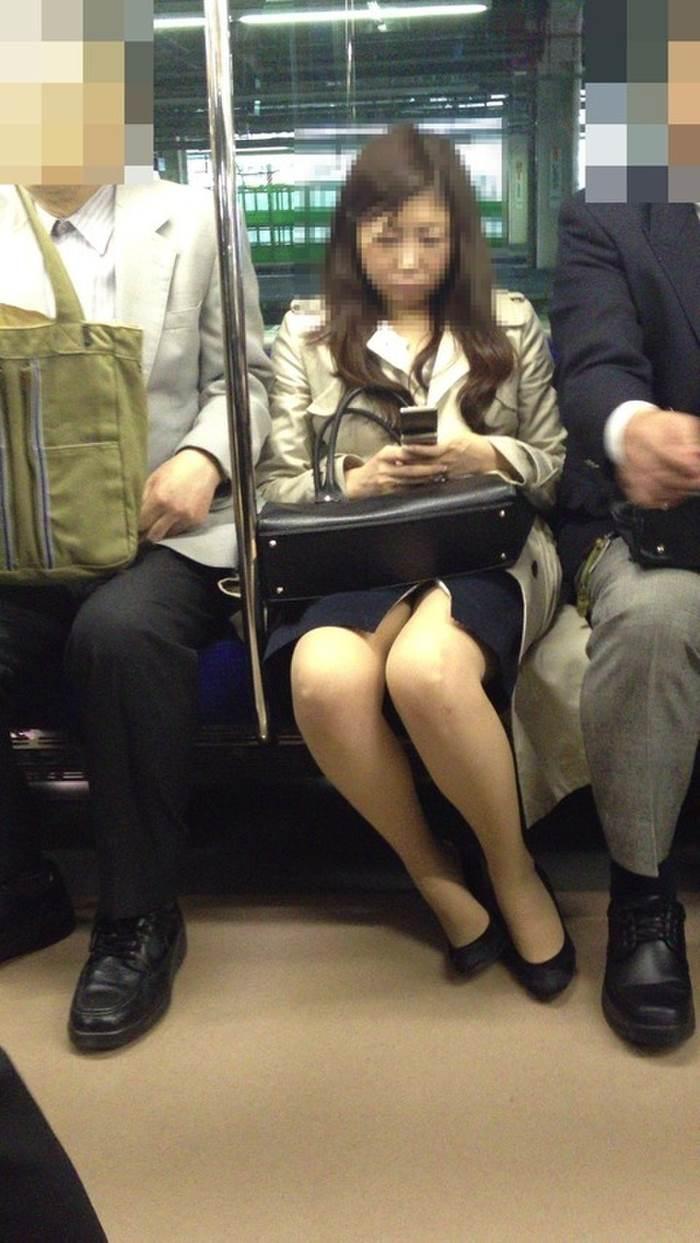 熟女人妻_電車_パンチラ盗撮_エロ画像02