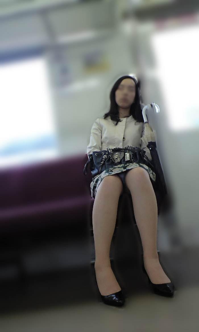熟女人妻_電車_パンチラ盗撮_エロ画像03