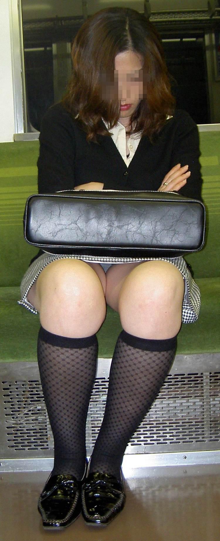 熟女人妻_電車_パンチラ盗撮_エロ画像06