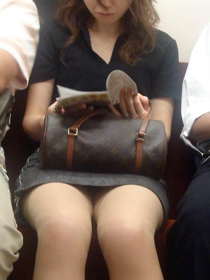 熟女人妻_電車_パンチラ盗撮_エロ画像14