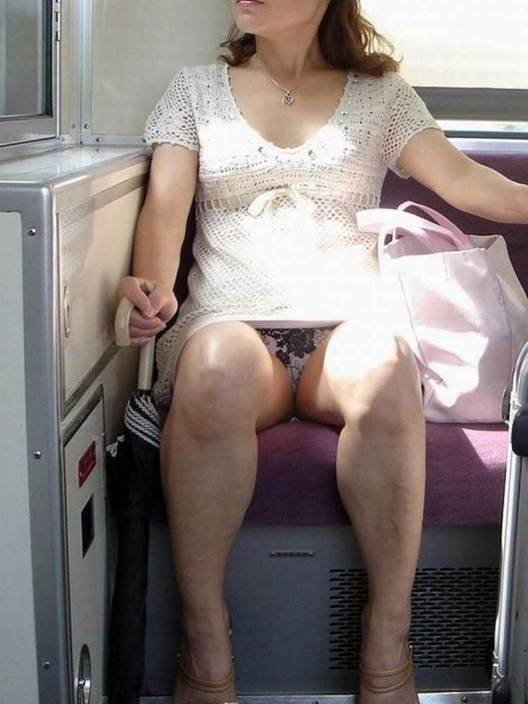熟女人妻_電車_パンチラ盗撮_エロ画像15