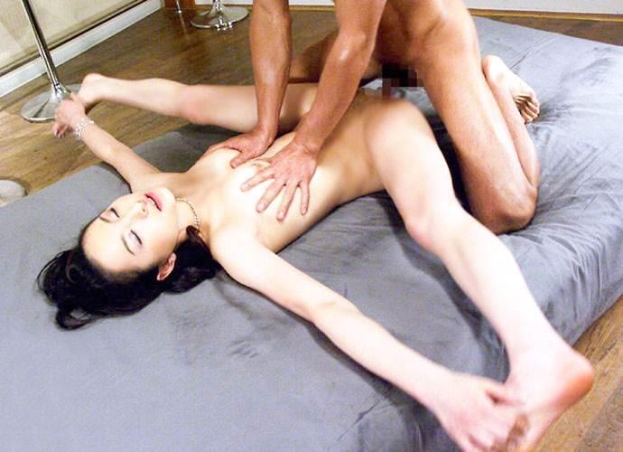 180度以上、足が開く体が柔らかすぎる女子との性行為…間違いなく男の憧れww